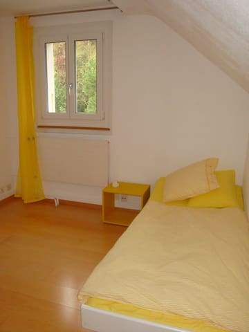 Gem in Wabern - yellow room - Wabern - Casa