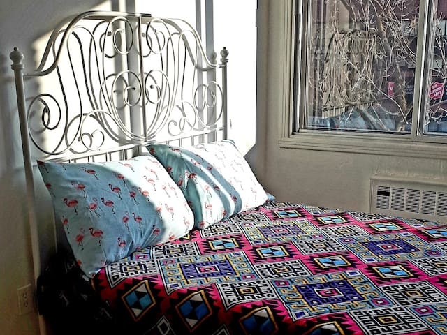 ★ Private double bedroom, 70m from metro! W/ DOG ★