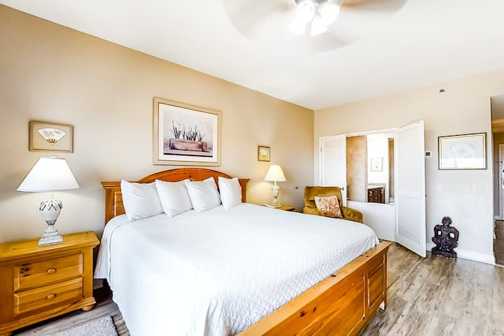 Well-equipped & convenient studio near the beach w/shared hot tub, pool, tennis!