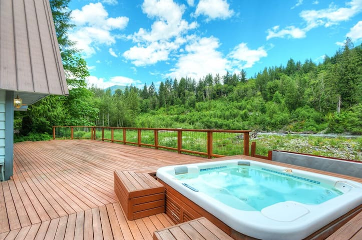 Peaceful and private lodge with incredible river & mountain views, hot tub, WiFi