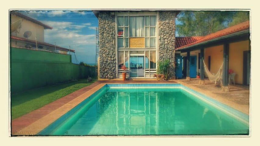 Casa com piscina e praia privativa em Búzios.
