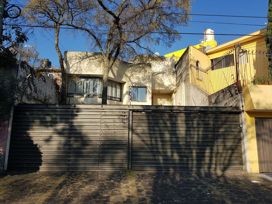 Completely independent upper appartment in a duplex property.