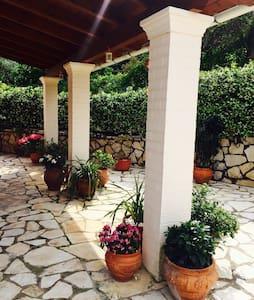 Charming tranquil villa in Corfu - Dassia - Apartamento