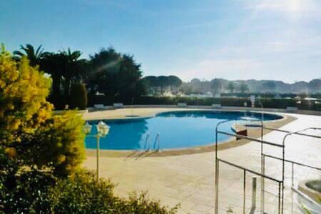 Charmant Studio avec piscine.
