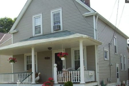 Private room in house close to numerous hospitals - Cleveland - House