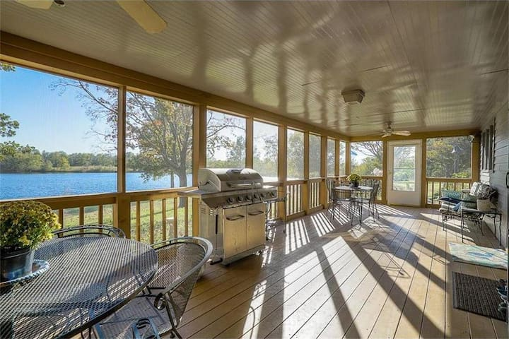 One of a kind Country/Lake Retreat 1 hour from KC