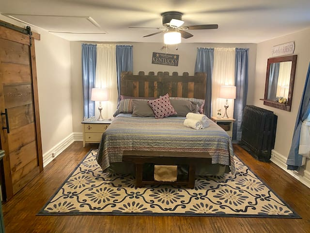 10 minutes to Churchill Downs, King bed, sleeps 4