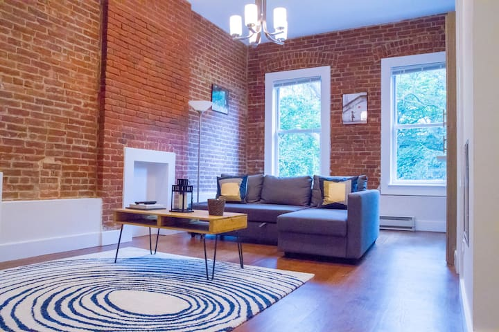 Cozy Room in Spacious 2 Bedroom Midtown Apt