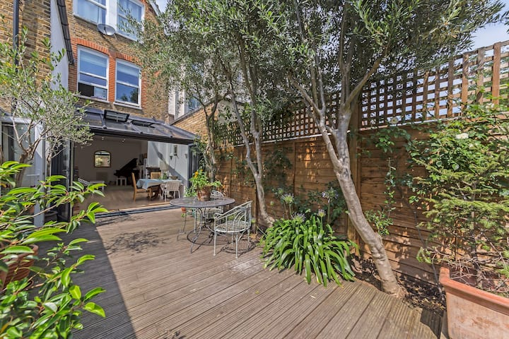 Luxury London garden apartment with parking