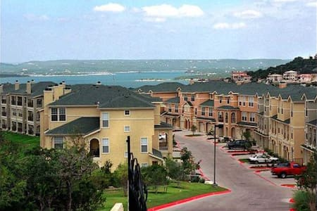Lake Travis Master Bedroom with Private Bathroom - Austin - Casa