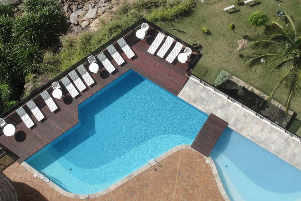 Vista pela cobertura da piscina do condomínio