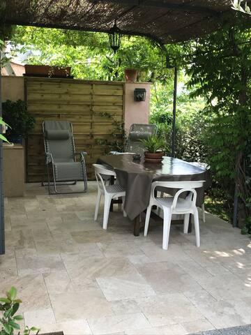 Studio rz de villa  terrasse jardin