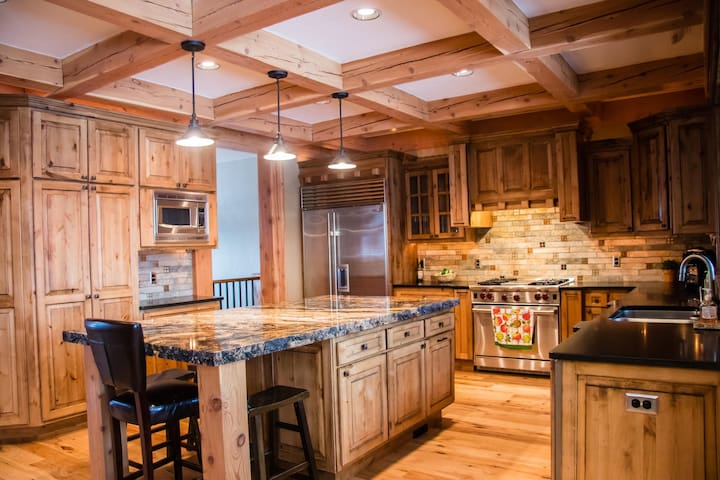 Deluxe Estate Cabin Located Inside the Tamarack Four Season's Resort- Hot Tub!