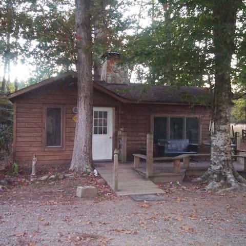 Wooded Cabin retreat on fresh water pond - Saluda - Cabana