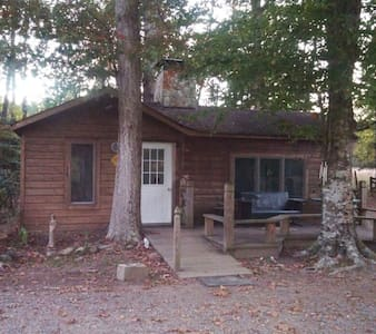 Wooded Cabin retreat on fresh water pond - Saluda - Cabin