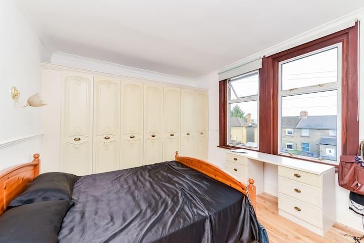 Spacious Double Bedroom in Barnet - Barnet - Hus