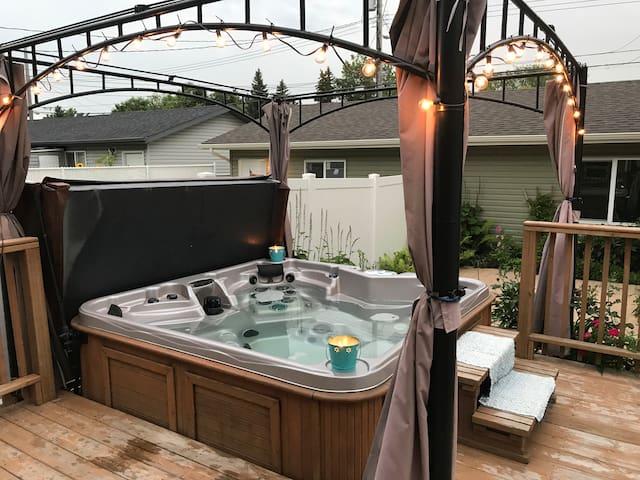 GUEST ROOM Hot Tub Backyard Garden Downtown core