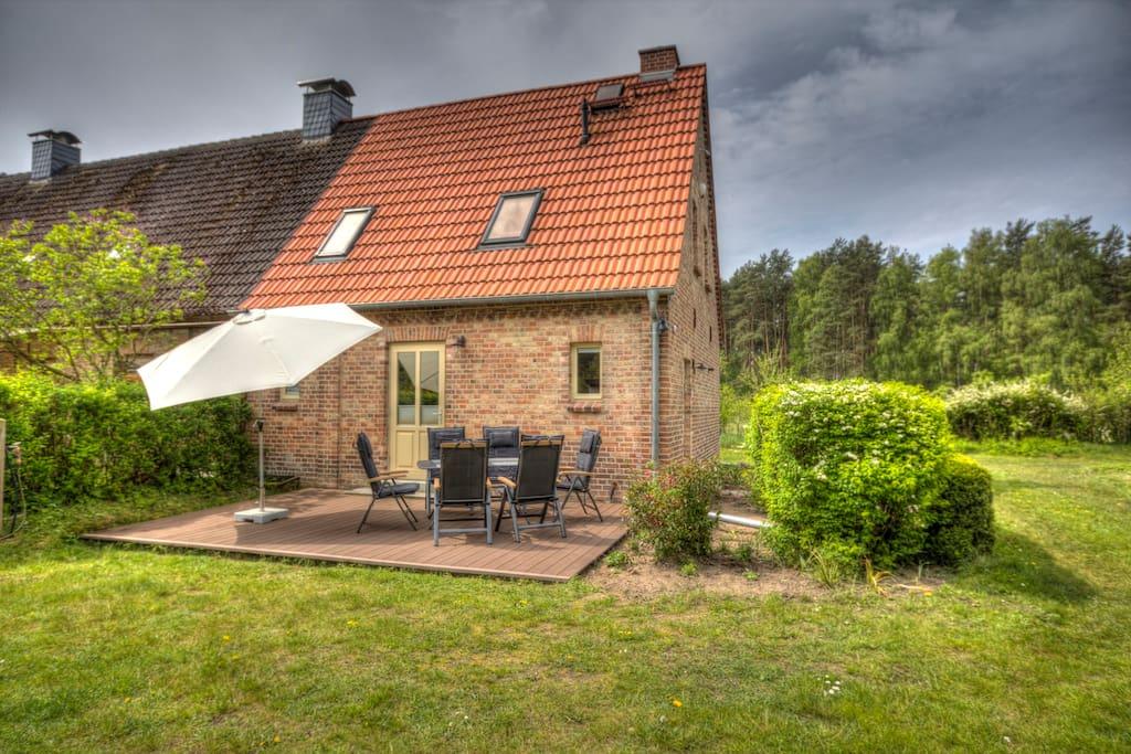 Ostseite mit 24 m² Terasse und Gartenmöbeln - genieße hier dein Frühstück in der Natur