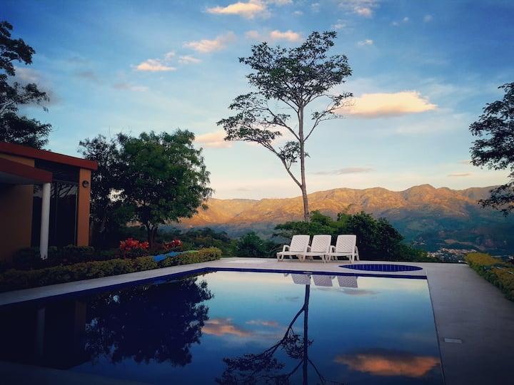 Finca El Carmen   Moderna casa con hermosa vista.