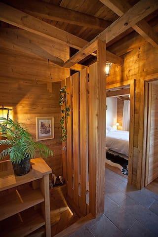 Couloir de l'étage donnant accès aux 3 chambres, à la 2ème salle de bain et au WC séparé.