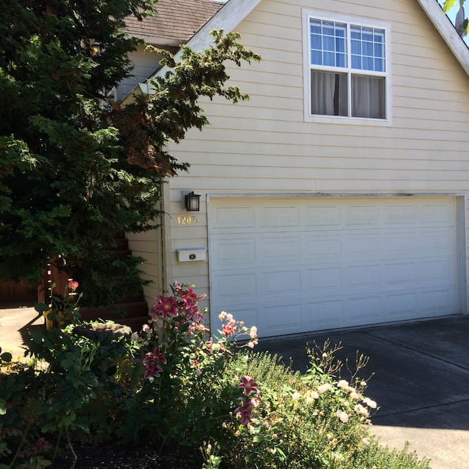 Apartment located above the garage on quiet SE Salmon street which is also the designated bike route to beautiful Mount Tabor Park. Washer and dryer located in garage accessible through rear door.