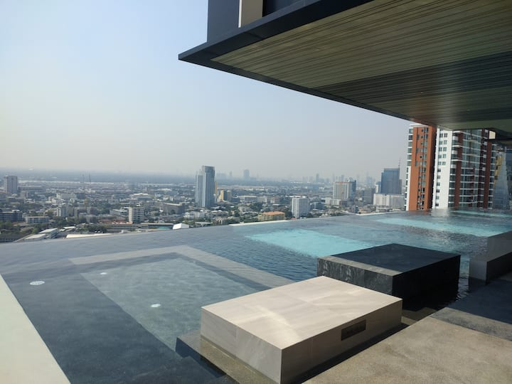 Infinity pool  gym luxury cozy condo@ BTS Ekkamai