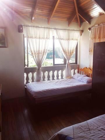 Cuarto con 2 camas // Bedroom with 2 beds