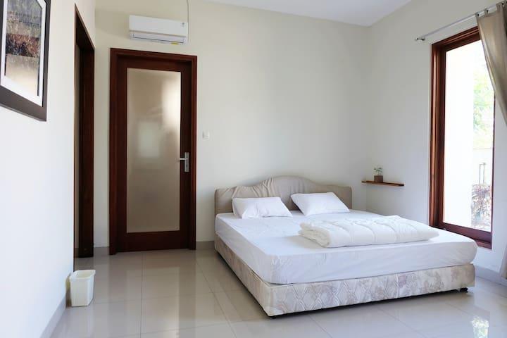 1st fl bedroom, 1 kingsize bed. 22m2 (237sqft) with garden view.