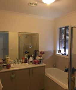 Queen bedroom in 4 y/o Sunbury flat - Sunbury
