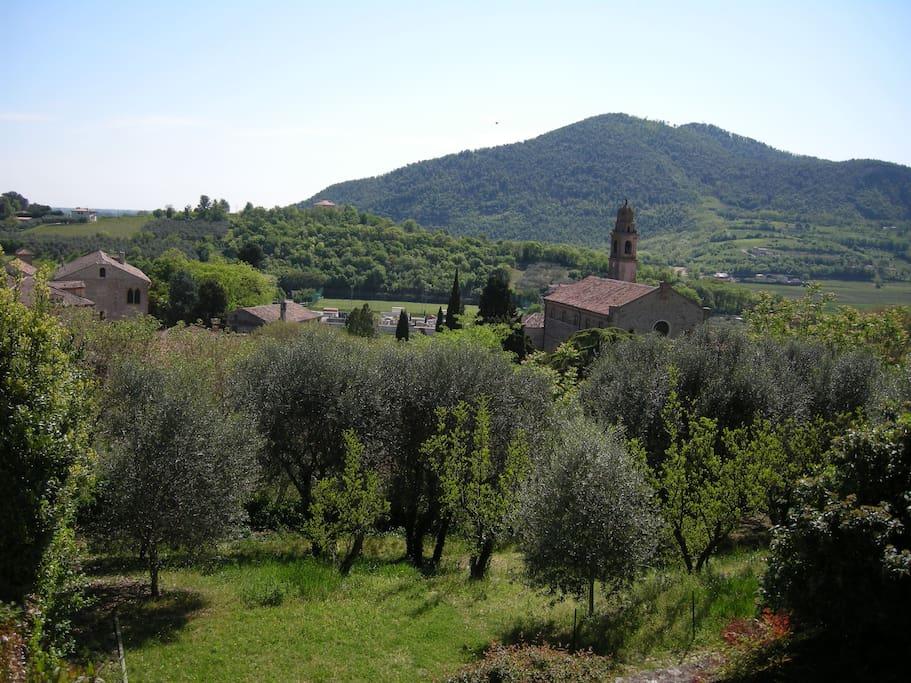 la chiesa di Arquà vista dalla parte alta del borgo