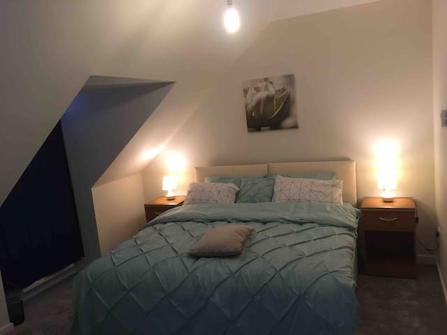 Ensuite double room 10mn walk from Glasgow airport