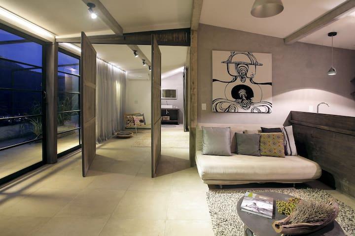 A sala é ampla e confortável.