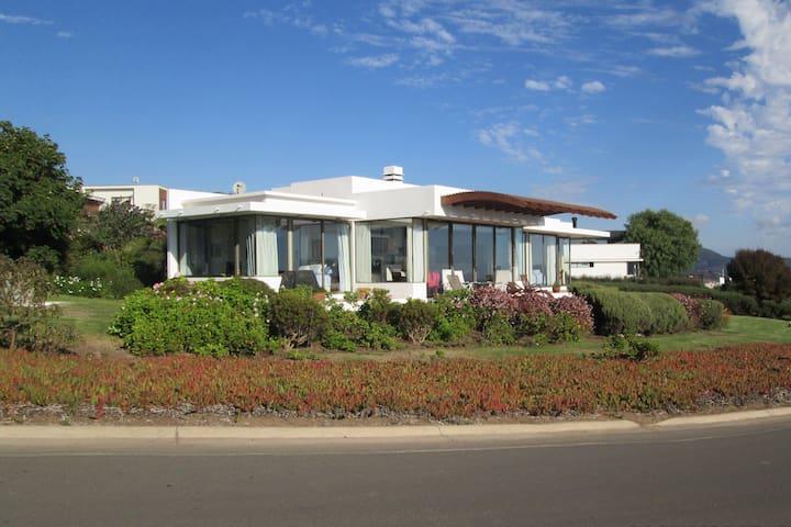 Cálida casa mediterránea con vista al Pacífico.