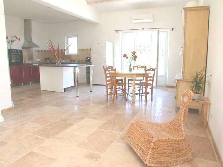 Villa with 3 bedrooms in Saint-Saturnin-lès-Apt, with wonderful mountain view, enclosed garden and WiFi - 80 km from the beach