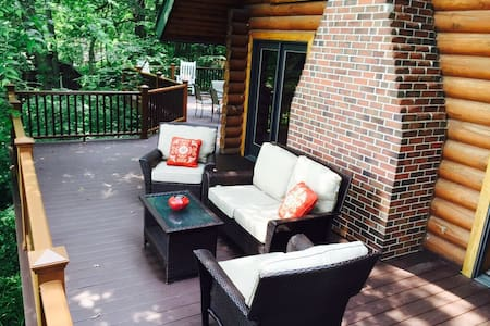 Dry Run Cabin - 2 miles from Downtown Decorah