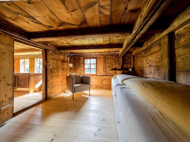 Schlafzimmer Nr. 2, im OG, mit 2 Einzelbetten, ausziehbar auf  Doppelbetten 160/200 (Durchgangszimmer für Schlafzimmer Nr. 3)  Bedroom no. 2, upstairs, with 2 single beds, extendable to double beds 160/200 (walk-through bedroom no. 3)  Chambre # 2, à l'étage, avec 2 lits simples, extensible à lits doubles 160/200 (accès à la chambre à coucher n ° 3)  Camera da letto n. 2, al piano superiore, con 2 letti singoli estendibili a letti matrimoniali 160/200 (acesso alla camera da letto n. 3)
