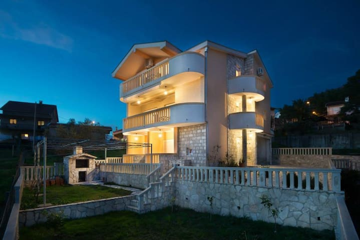 Promo Price - Entire 4 bedroom modern house - Rudy