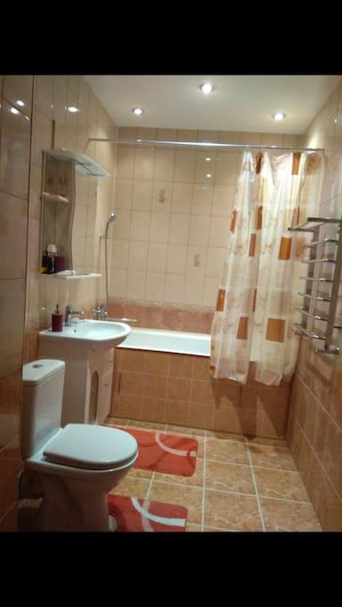 Чистая, тёплая ванная комната.