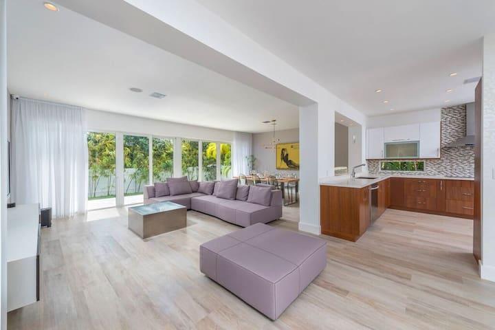 $3.2 Million 4BR/4BA Home w/Heated Pool & Garage - Miami Beach - Rumah