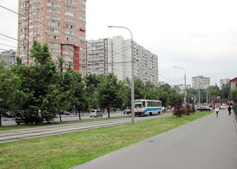 Зеленый проспект, по нему легко дойти от дома до станции метро Перово.