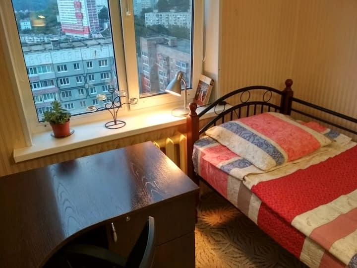 Уютная комната с красивым видом на город