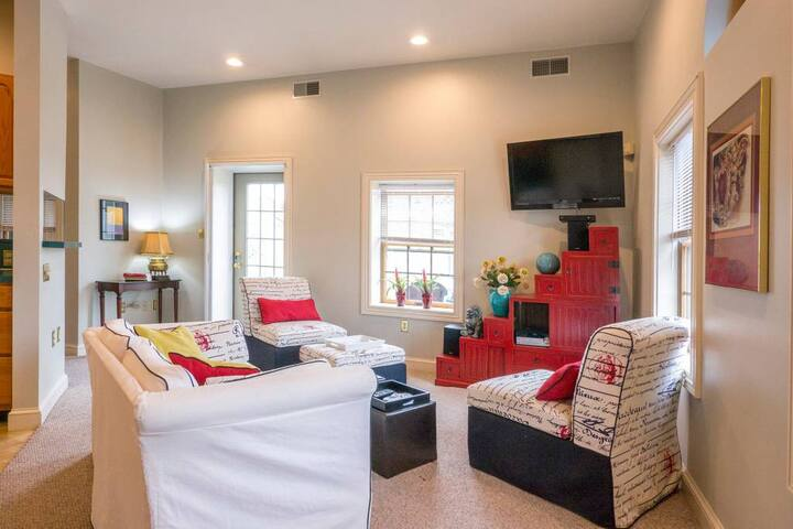 City View: 2 BD apartment, with parking and deck