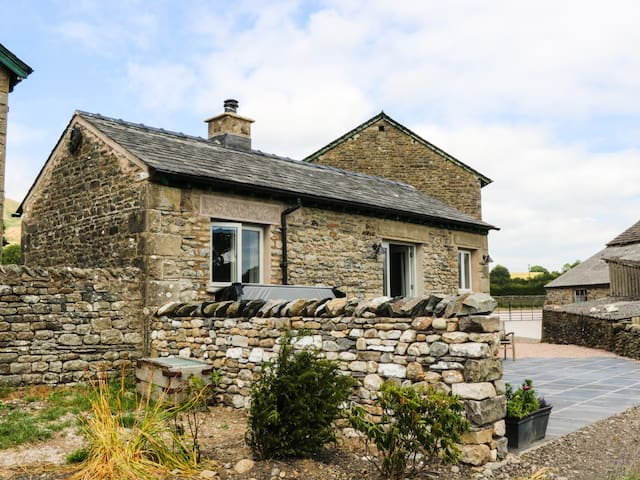 SPEIGHT COTTAGE, pet friendly, with hot tub in Sedbergh, Ref 981731