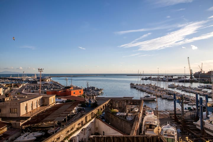 Il Porto di Salerno, su cui affaccia la casa di Anna Maria e Tony.