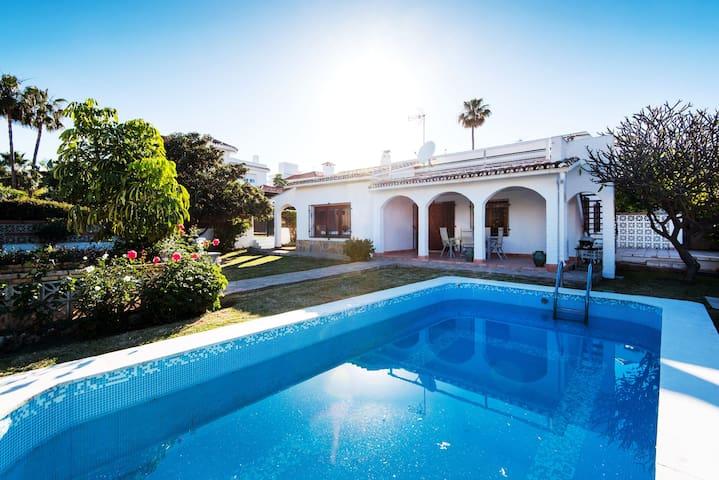 Acogedora casa con aire acondicionado en la playa con piscina, terraza, jardín y Wi-Fi; Aparcamiento en la calle