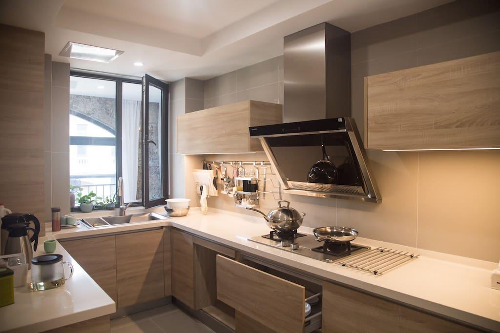 厨房进口设备一应俱全,调料和大米都是有滴。