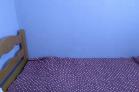 Quarto cm uma cama de solteiro cm guarda roupa