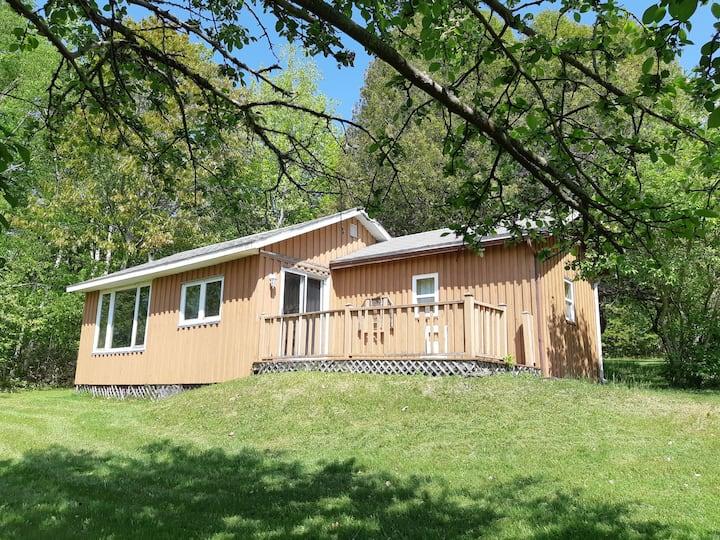 Whispering Oaks Cottage on Washademoak Lake