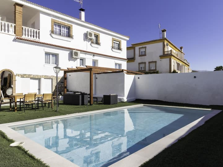 Large house with two swimming pools, wifi and 6 rooms