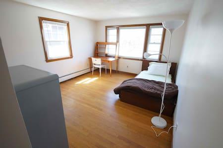 Sunny single room, walk to Harvard - Cambridge - Wohnung